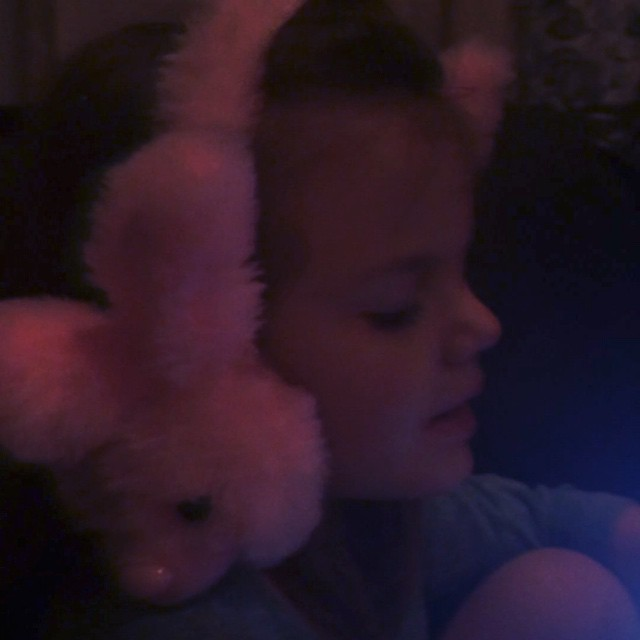 Apparently the 4 y/o is an #EllieGoulding fan. How does this child know all the words? Love that she can't hear herself sing with her bunny headphones lol
