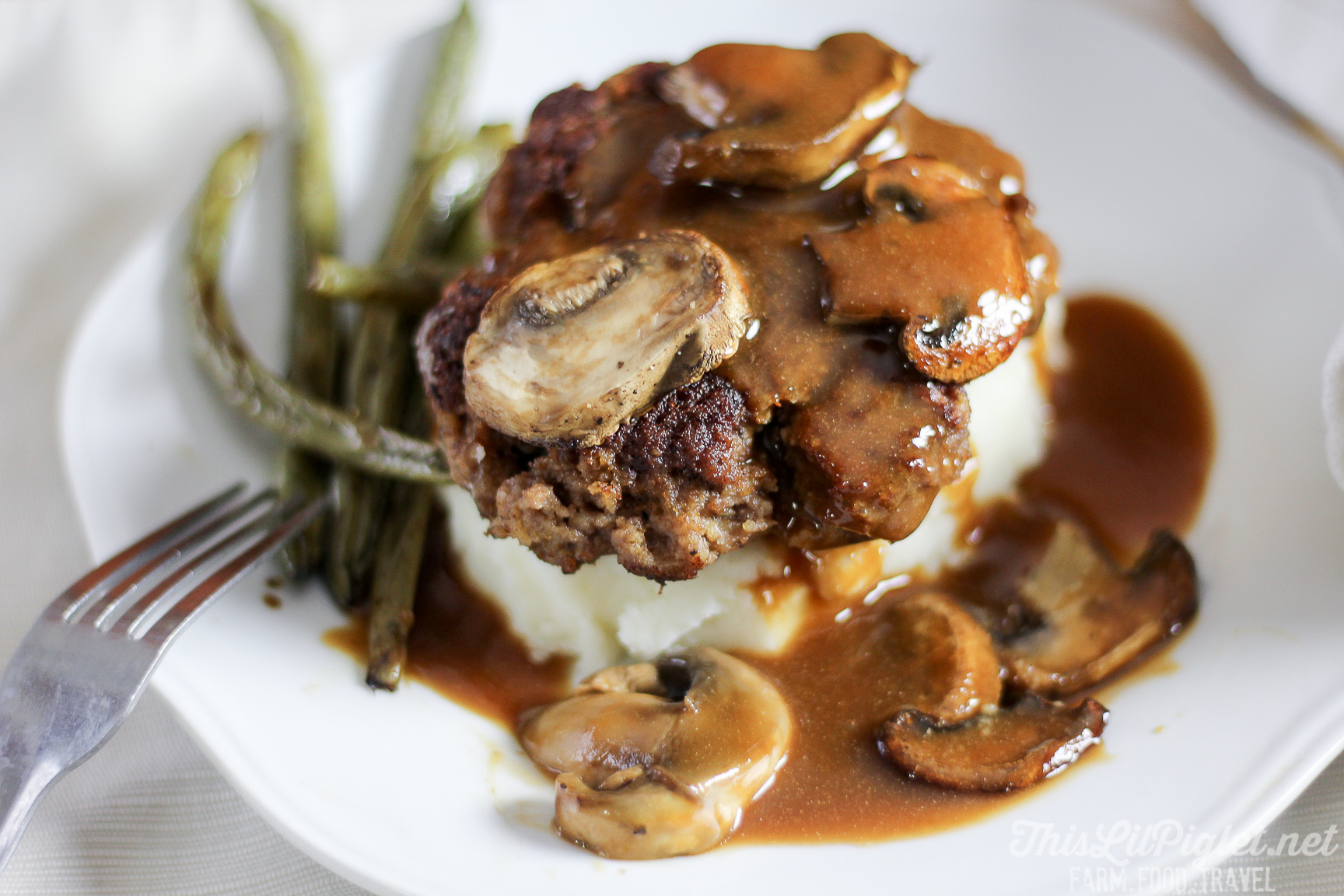 Easy Salisbury Steak with Mashed Potatoes // thislilpiglet.net
