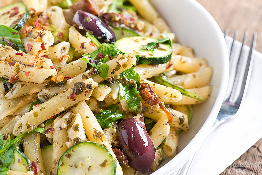 20 Minute Pasta Primavera with Olives, Sundried Tomatoes & Pesto // thislilpiglet.net