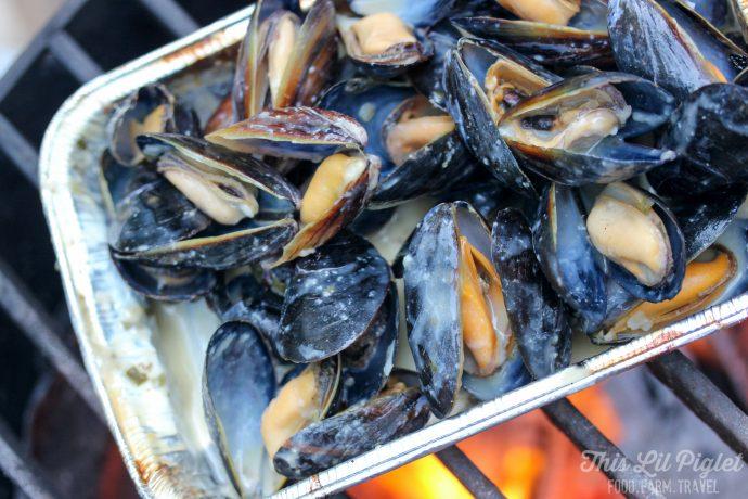 Campfire Mussels in Creamy Garlic White Wine Sauce // thislilpiglet.net