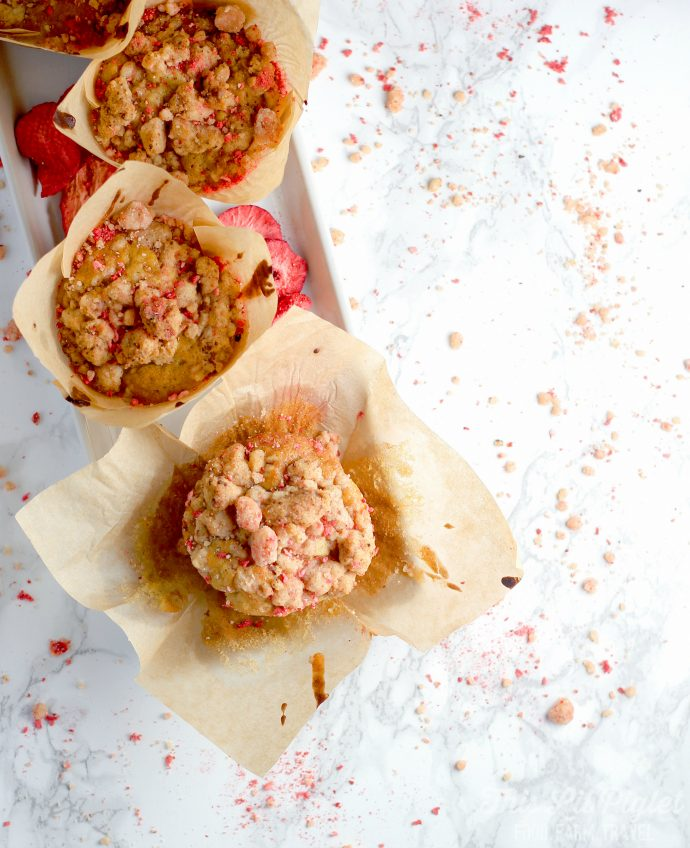 Strawberry Streusel Muffins with Strawberry Preserves // thislilpiglet.net