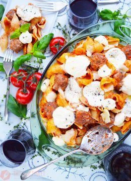 Cheesy Meatball Pasta Bake // thislilpiglet.net